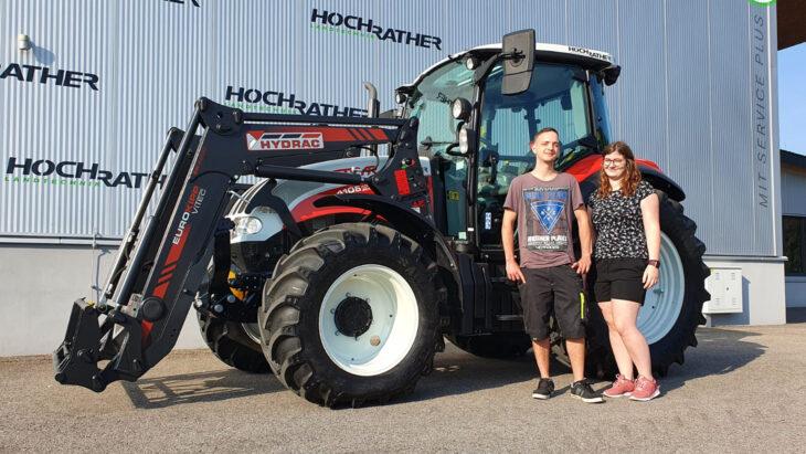 Traktorübergabe An Maria Grubbauer Und Simon Fischer